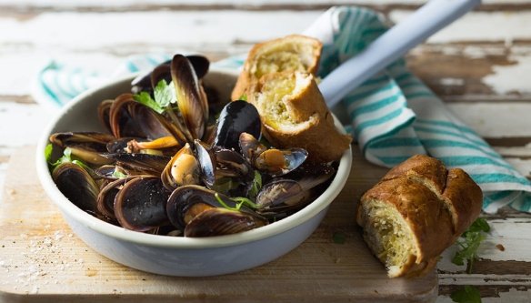 Mussel-pot-and-garlic-bread